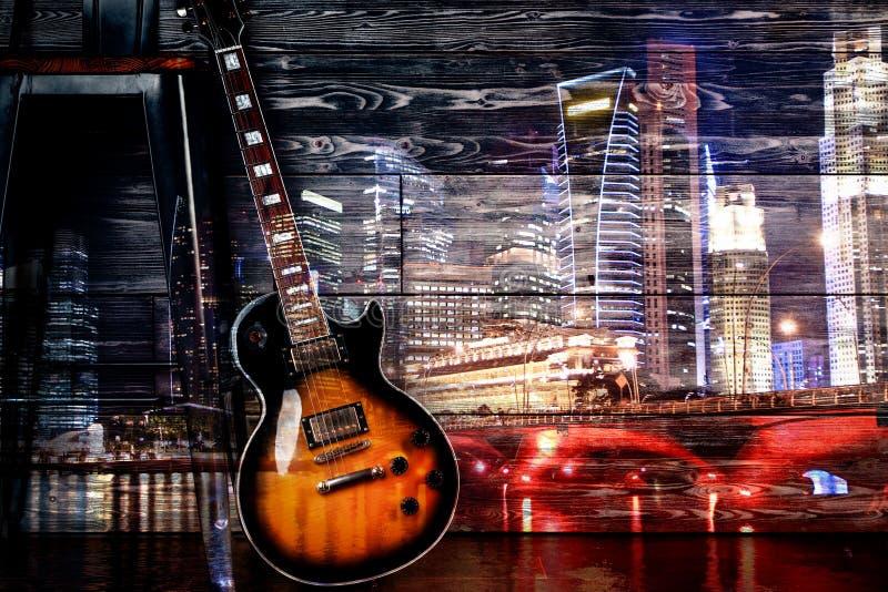 Guitarra no fundo da cidade da noite fotografia de stock