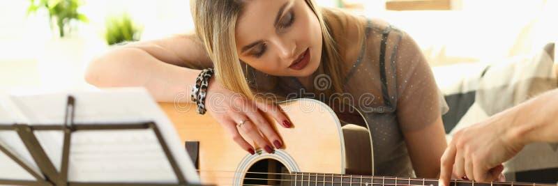 Guitarra que joga o conceito da educa??o da m?sica da li??o fotografia de stock royalty free