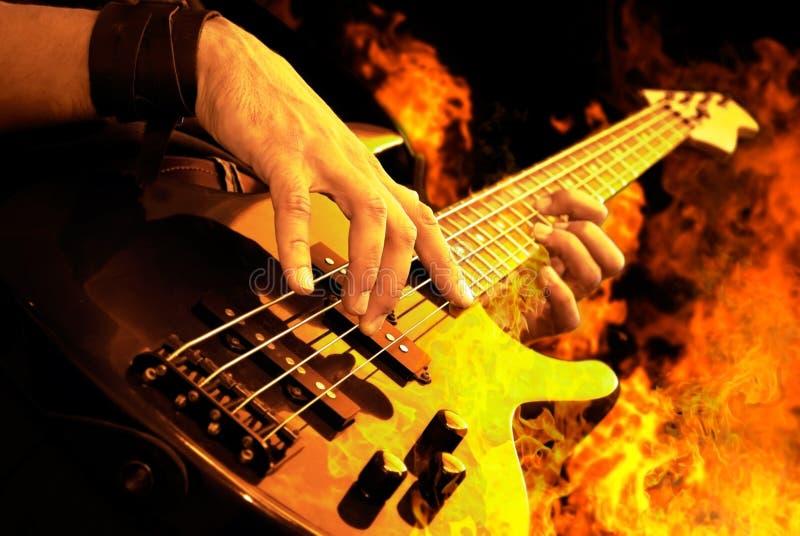 Guitarra que juega en fuego imágenes de archivo libres de regalías