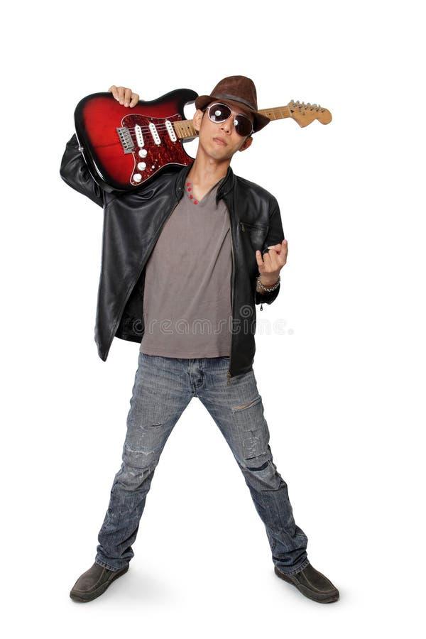 Guitarra que lleva del eje de balancín joven en su hombro, aislado en blanco imagenes de archivo
