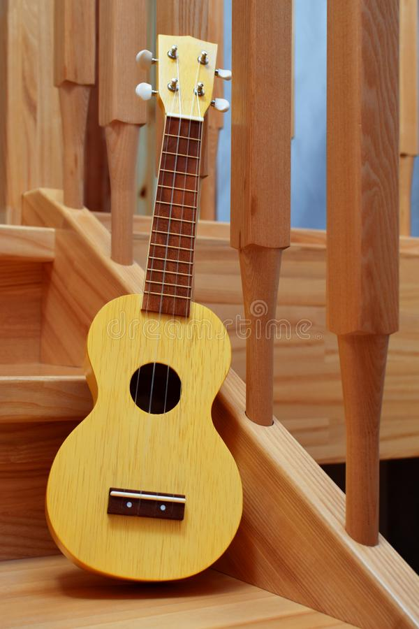 Guitarra tradicional amarilla del ukelele del soprano imagen de archivo libre de regalías