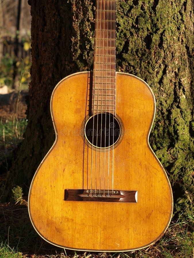 Guitarra velha fotografia de stock