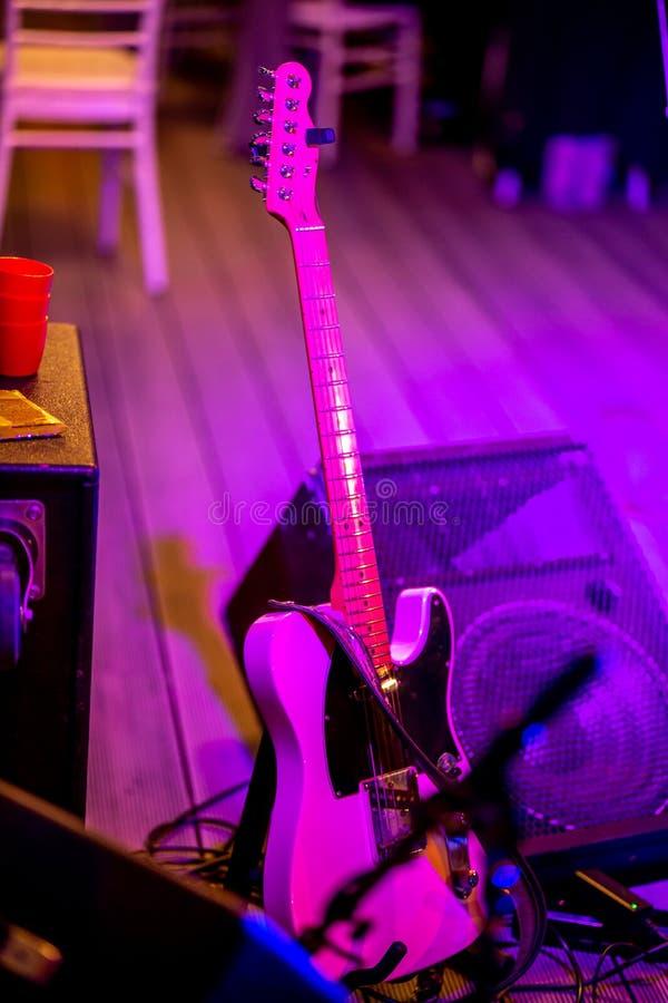 Guitarra y amplificador de sonidos en luz abstracta imagenes de archivo