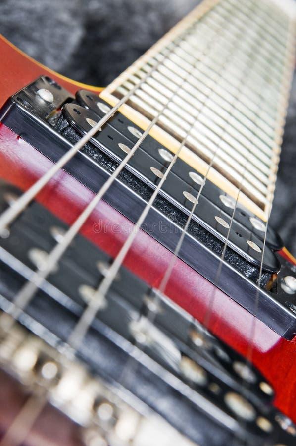 Guitarra y cadenas foto de archivo libre de regalías