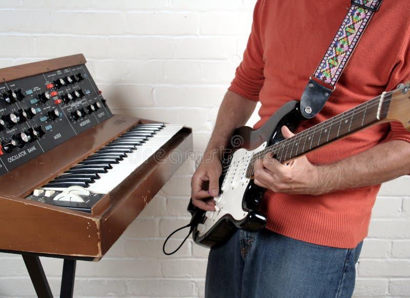 Guitarra y claves foto de archivo