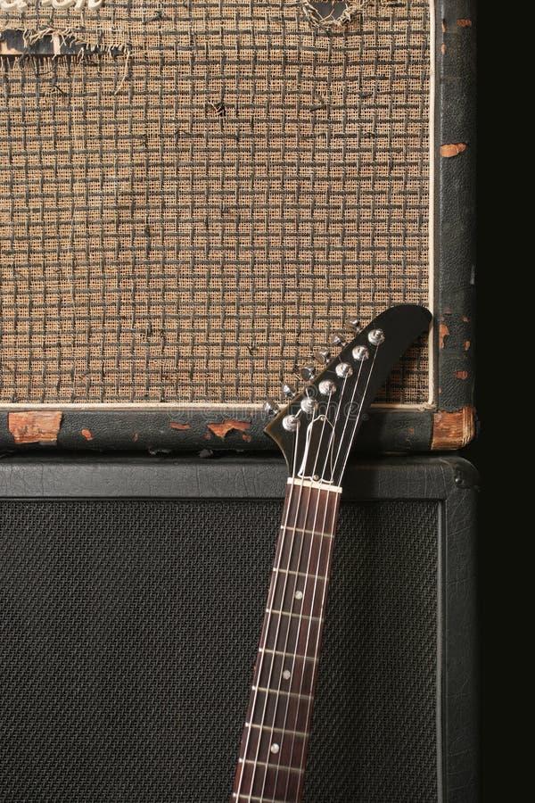 Guitarra y pila vieja del amplificador foto de archivo