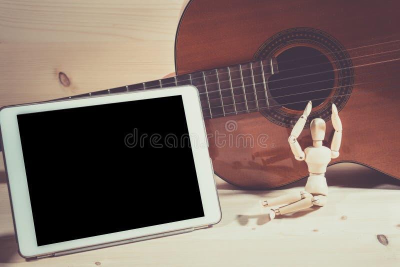 Guitarra y tableta del juego foto de archivo libre de regalías