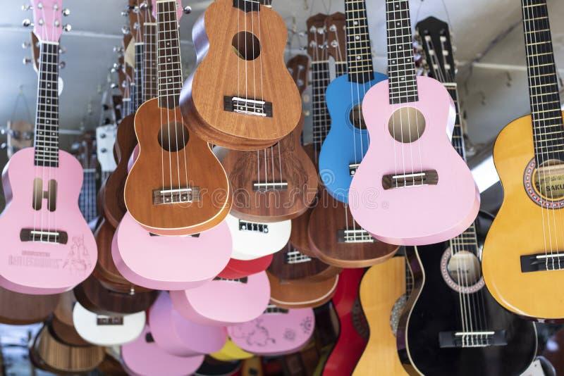 Guitarras à venda penduradas no teto dentro da loja imagens de stock royalty free