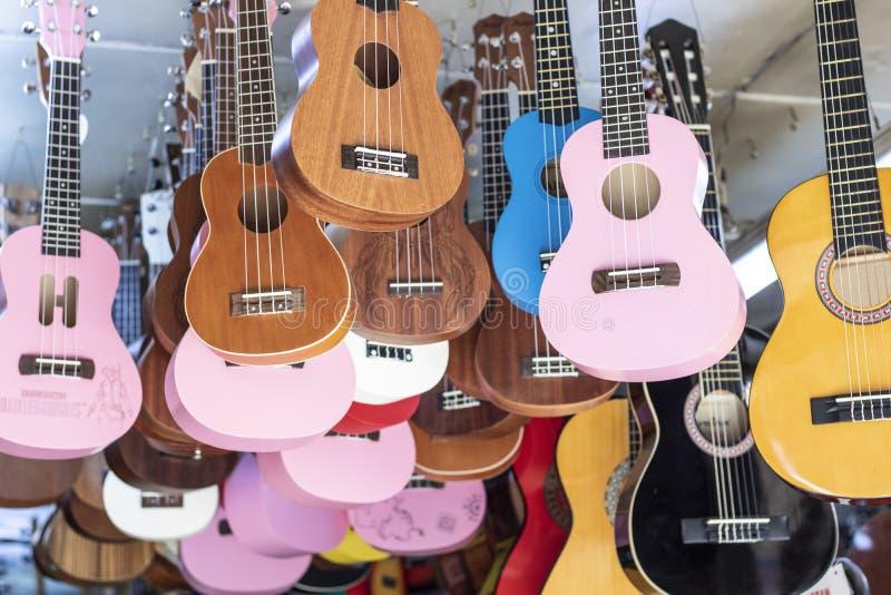 Guitarras à venda penduradas no teto dentro da loja fotografia de stock royalty free