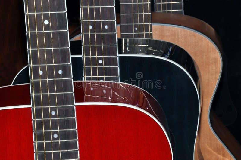 Guitarras aisladas en fondo negro imágenes de archivo libres de regalías