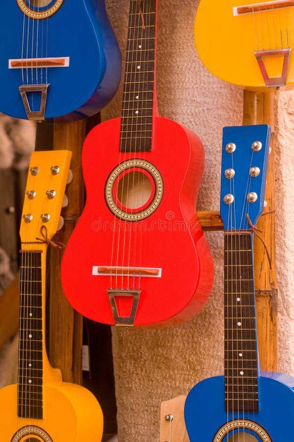 Guitarras colgantes fotografía de archivo libre de regalías
