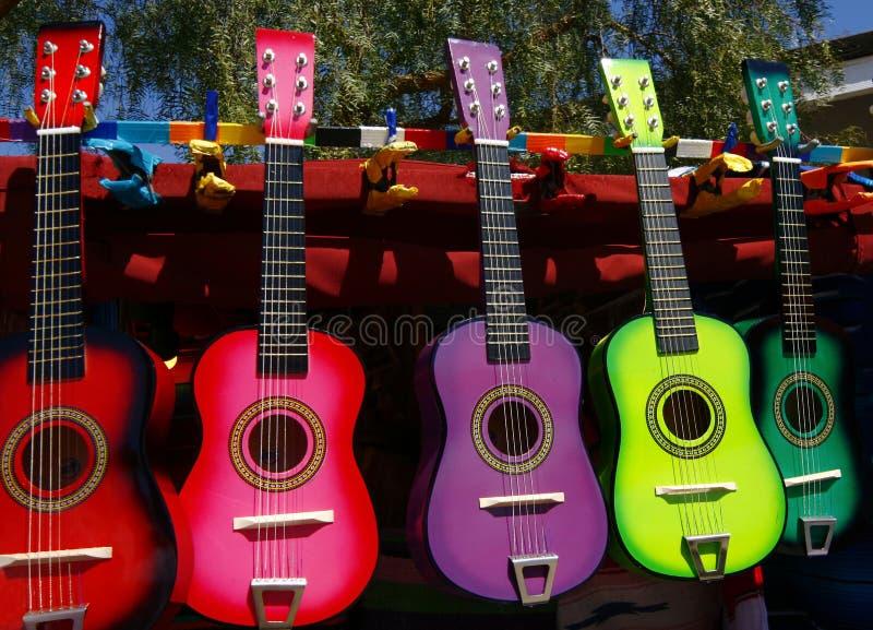 Guitarras coloridas para la venta del vendedor ambulante fotos de archivo