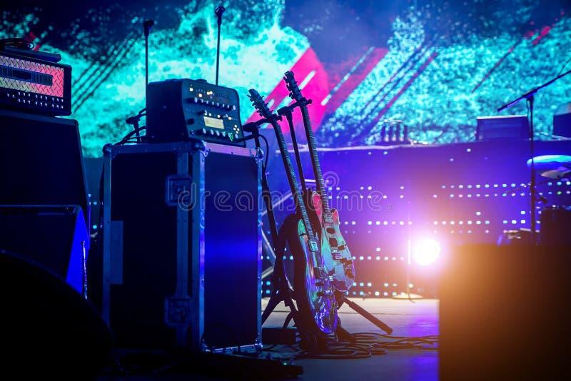Guitarras eléctricas en etapa Aliste para un concierto de rock imagenes de archivo