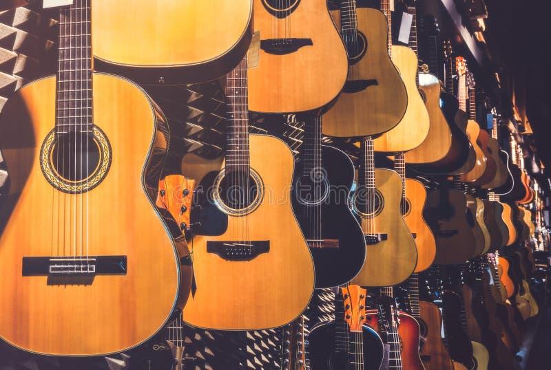 Guitarras en tienda fotografía de archivo