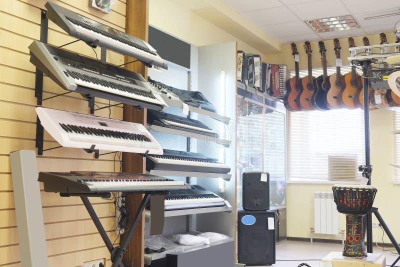 Guitarras en tienda fotos de archivo libres de regalías