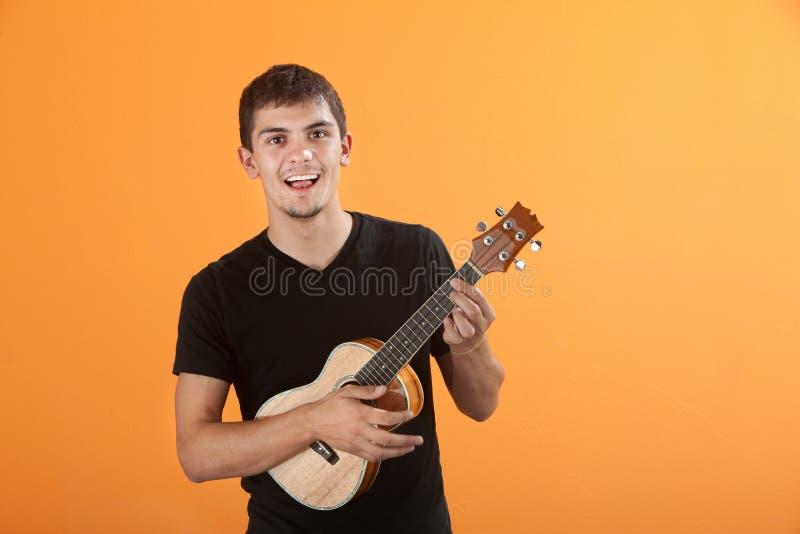 Guitarrista adolescente imagen de archivo