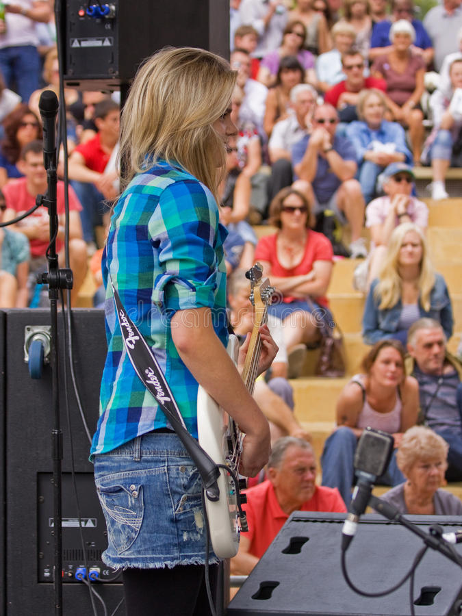 Guitarrista baixo fotografia de stock royalty free