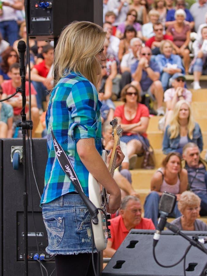 Guitarrista bajo fotografía de archivo libre de regalías