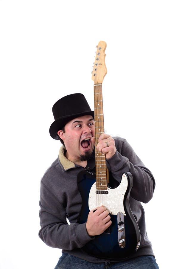 Guitarrista bizco loco Staring en la guitarra foto de archivo libre de regalías