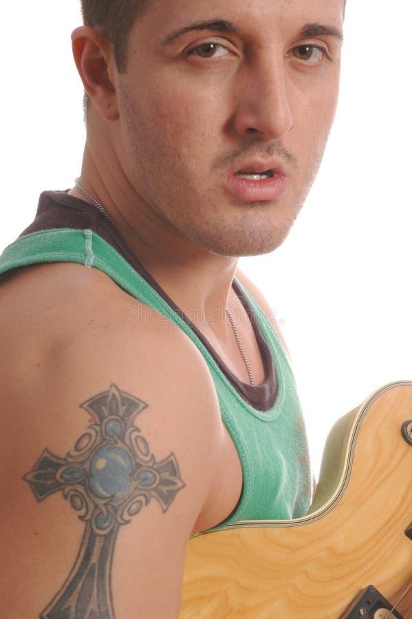 Guitarrista com grande tatuagem 2497 fotos de stock royalty free