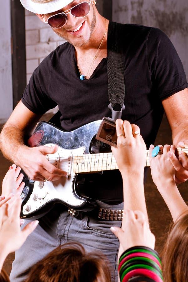 Guitarrista da rocha na ação fotos de stock royalty free
