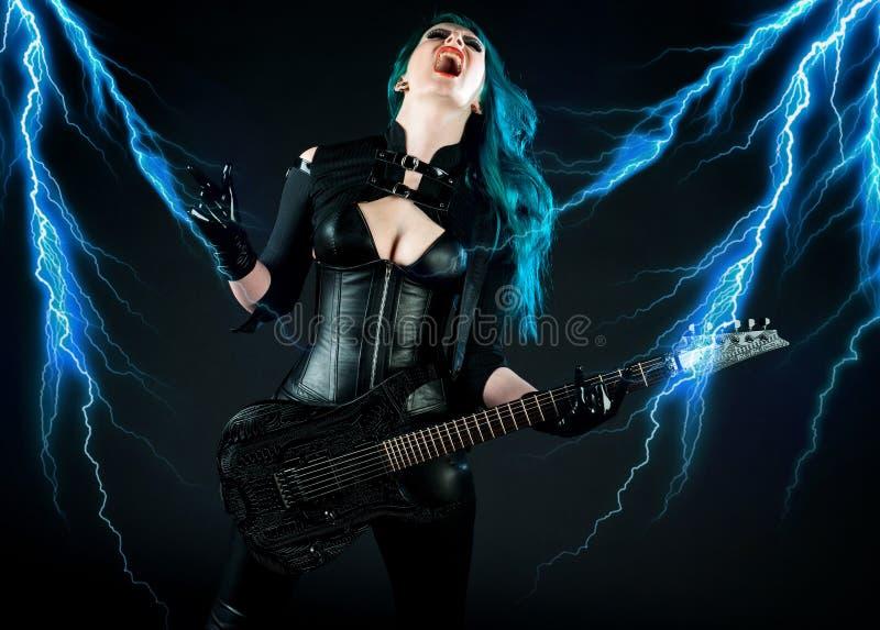 Guitarrista de la mujer imagenes de archivo