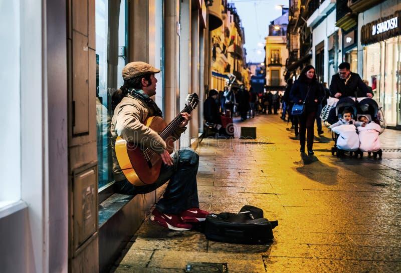 Guitarrista del flamenco en las calles de Sevilla en la noche imagen de archivo libre de regalías