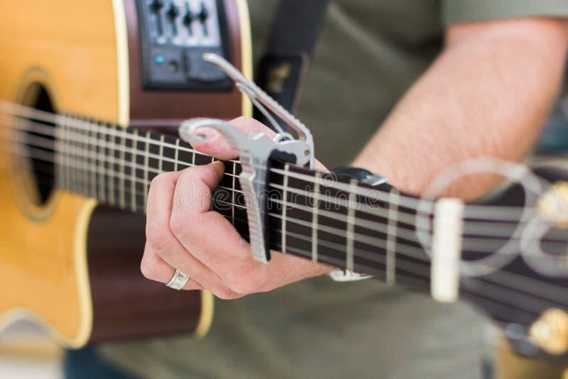 Guitarrista del hombre en la guitarra acústica fotografía de archivo libre de regalías