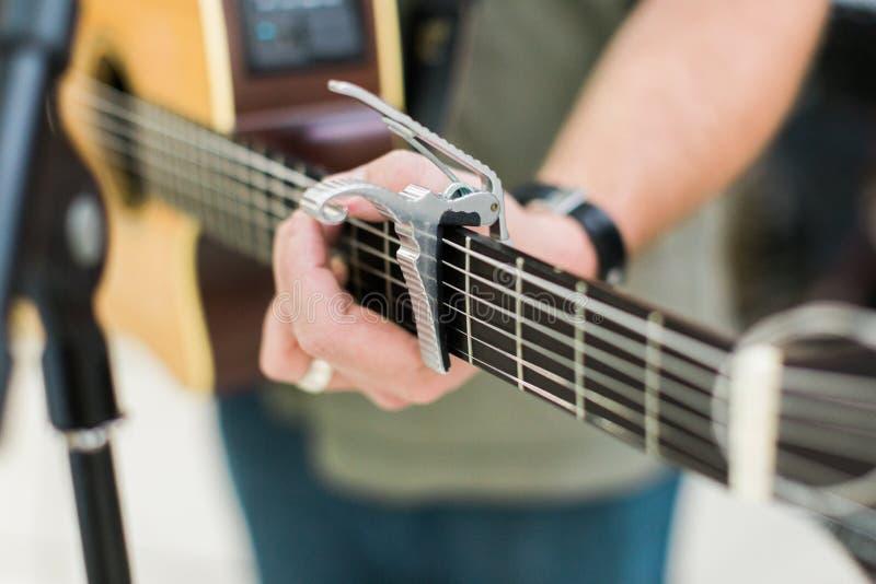 Guitarrista del hombre en la guitarra acústica fotografía de archivo
