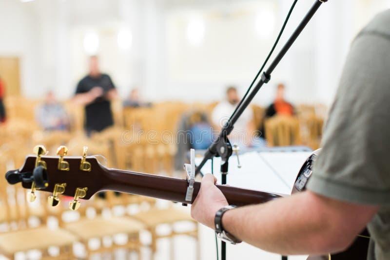 Guitarrista del hombre en la guitarra acústica imagen de archivo libre de regalías