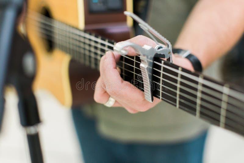 Guitarrista del hombre en la guitarra acústica imagenes de archivo