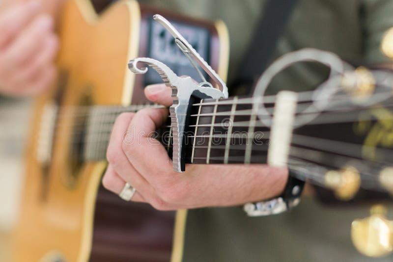 Guitarrista del hombre en la guitarra acústica imágenes de archivo libres de regalías