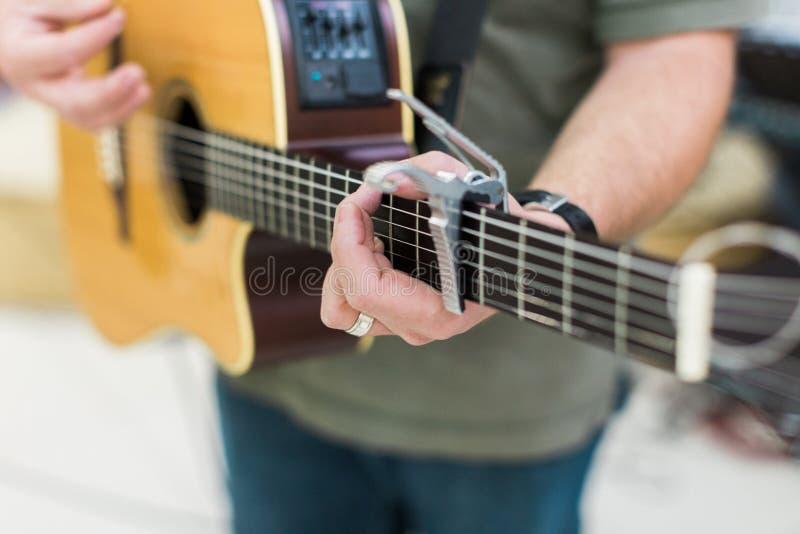Guitarrista del hombre en la guitarra acústica fotos de archivo
