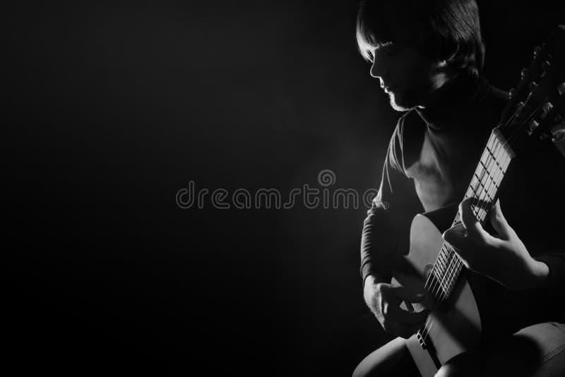 Guitarrista del jugador de la guitarra acústica que toca la guitarra clásica imagen de archivo libre de regalías