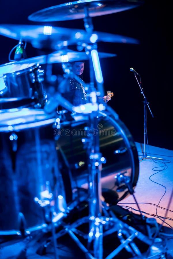 Guitarrista detrás de los tambores imágenes de archivo libres de regalías