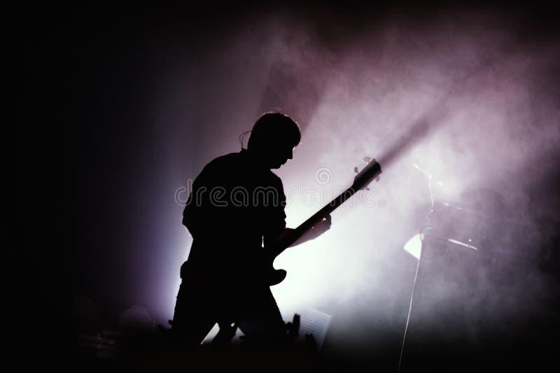 Guitarrista en el concierto de rock fotos de archivo