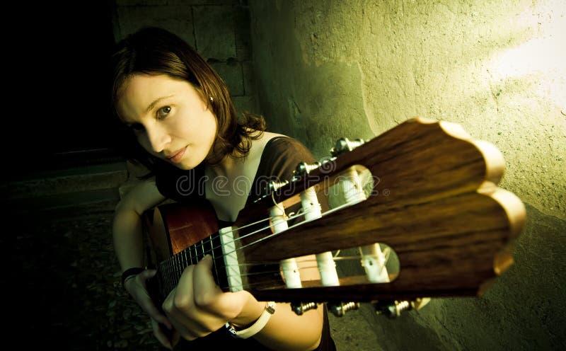 Guitarrista en oscuridad imagen de archivo libre de regalías