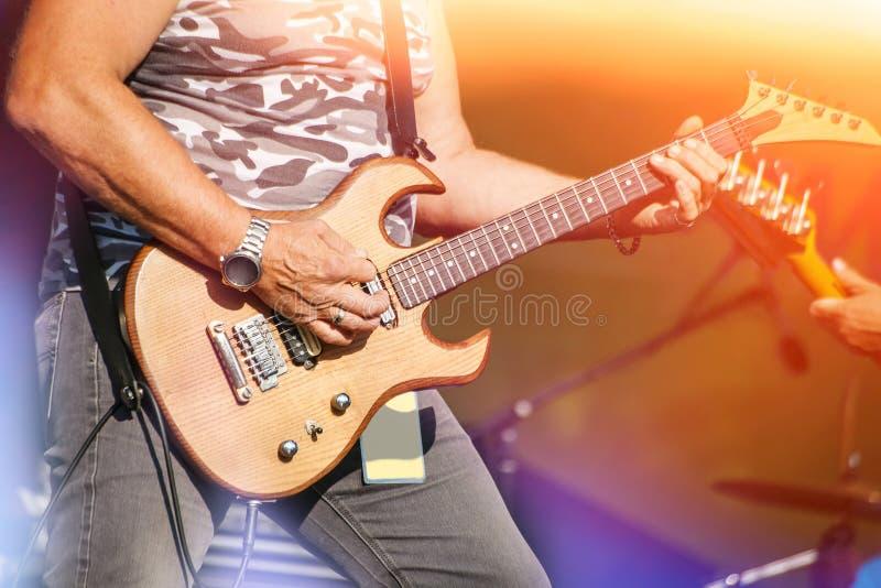 Guitarrista en un concierto de rock imagenes de archivo
