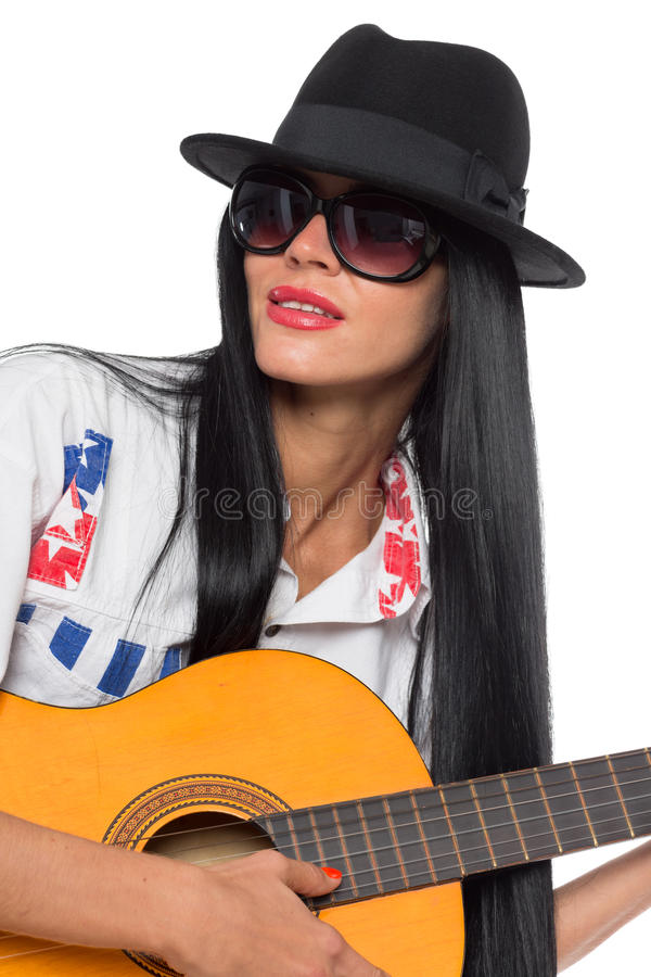 Guitarrista fêmea novo que veste um chapéu fotografia de stock royalty free