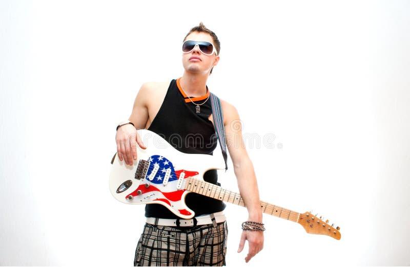 Guitarrista fresco en el fondo blanco imagenes de archivo