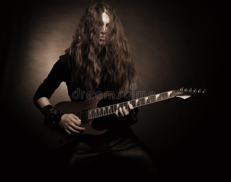 Guitarrista furioso del metal imagenes de archivo