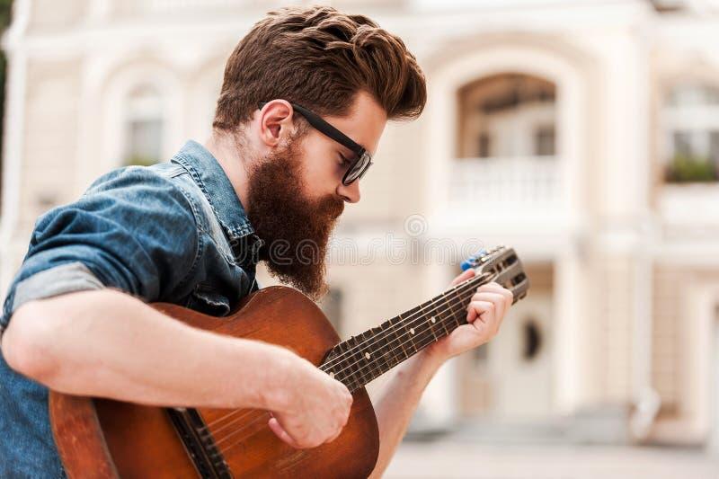 Guitarrista intenso fotos de archivo