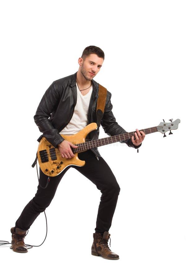 Guitarrista masculino com guitarra-baixo. fotografia de stock