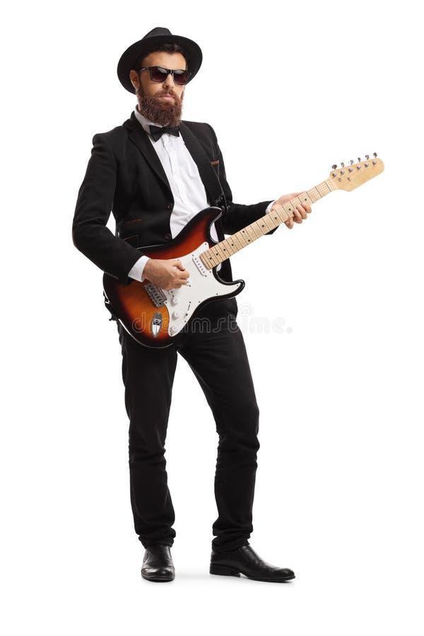Guitarrista masculino em um terno imagens de stock
