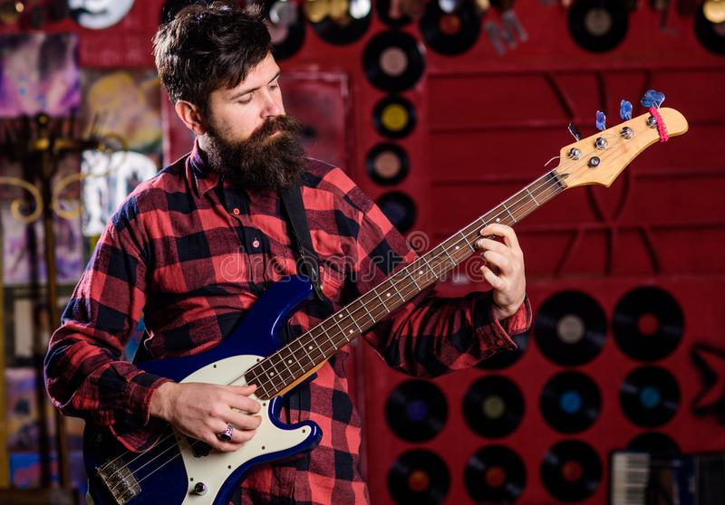 Guitarrista na cara calma que joga a guitarra elétrica na fase fotos de stock