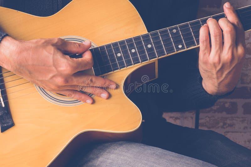Guitarrista Plays foto de archivo libre de regalías
