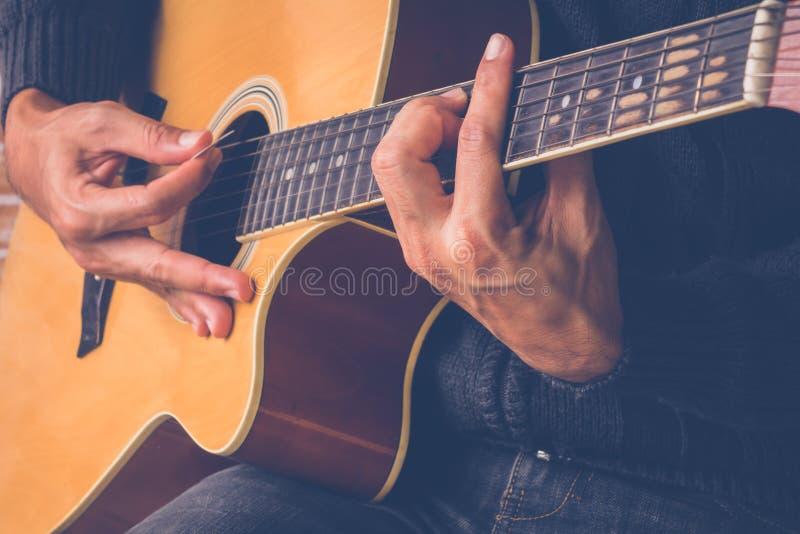 Guitarrista Plays imágenes de archivo libres de regalías