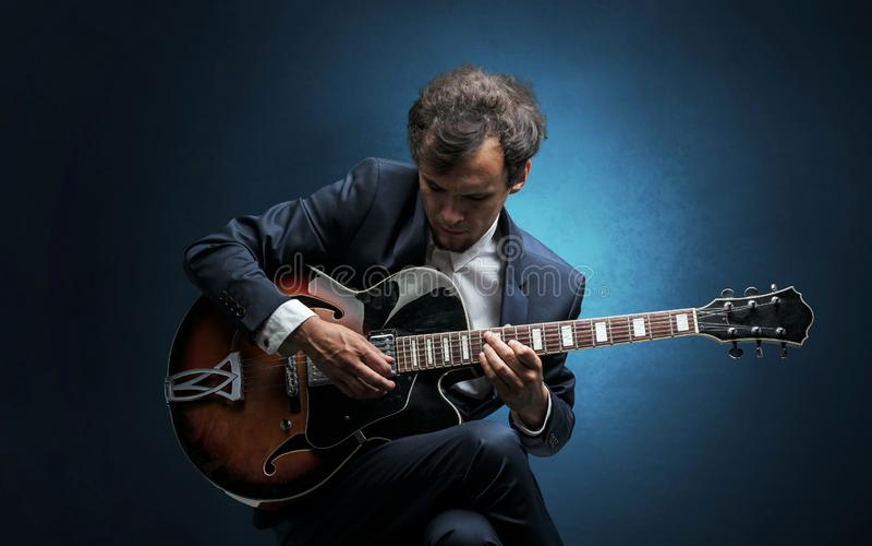 Guitarrista que juega en el instrumento con empat?a fotografía de archivo libre de regalías