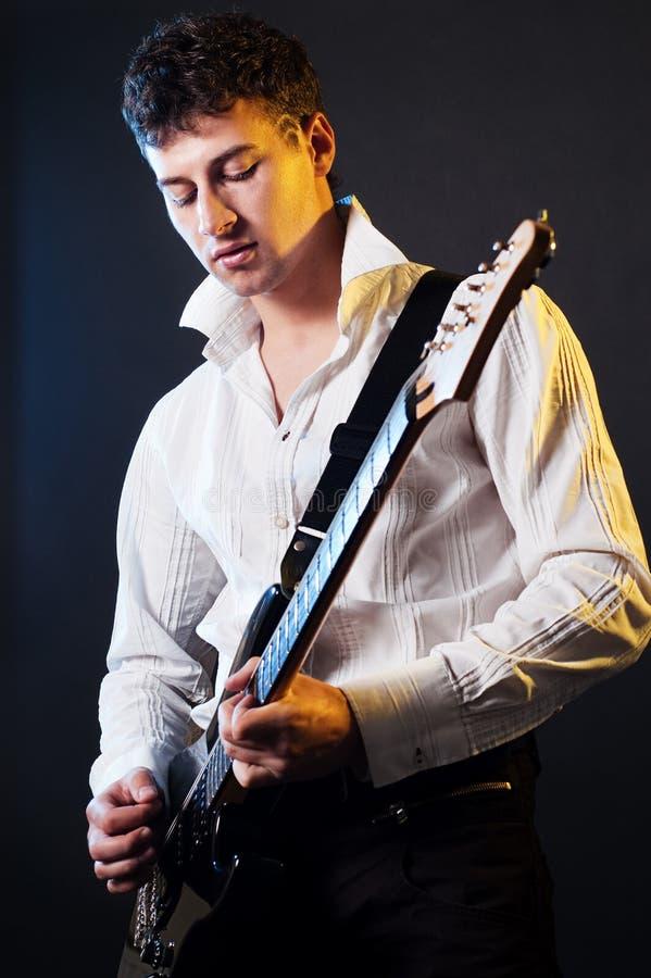 Guitarrista que toca la guitarra imagen de archivo
