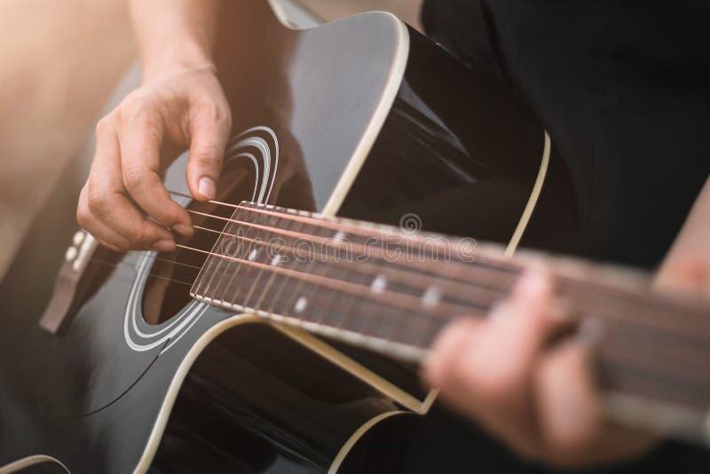 Guitarrista que toca la guitarra acústica, cierre para arriba fotografía de archivo
